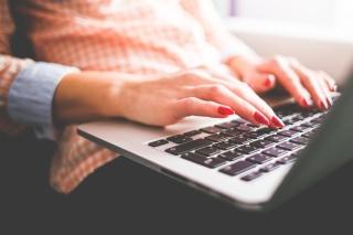 girl-typing-on-her-macbook-pro-close-up-picjumbo-com